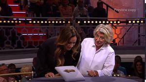 Programledaren Renée Nyberg och experten Karin Laserow  inspekterar dalahästen. Foto: TV4.