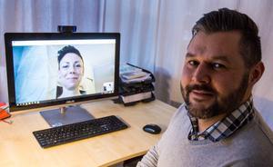 """""""Vård för psykisk ohälsa via datorn ofta funkar bättre, än för medicinska besvär där det krävs mer fysisk kontakt med provtagningar och annat"""" säger Patrik Hast. Kollegan Anna Kinnander syns på skärmen."""