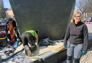 Metallkonservatorn Helena Strandberg leder arbetet med att renovera Vindarnas grotta.