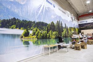 I den stora inomhushallen för husvagnar och husbilar  har varje vägg en årstid.