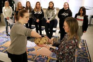 Sara Halunen och Anna Wieslander förrättade lottdragningen.