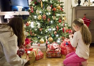 Vit Juls främsta syfte är att belysa vuxnas alkoholkonsumtion och mana till en nykter julhelg, skriver debattförfattarna. Arkivbild: Gorm Kallestad/TT