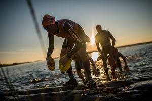 Susie Moonan, med Bibben Nordblom i släptåg, på väg upp ur vattnet efter den första av de 23 simningarna i det 75 kilometer långa Ö till ö. Foto: Jakob Edholm/ÖTILLÖ
