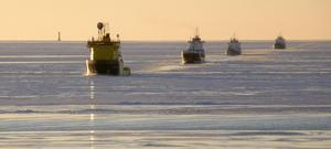 Isbrytaren Tor Viking leder en fartygskonvoj i isen i Östersjön i februari 2011. Bilden tagen från Isbrytaren Frej. Foto: Överstyrman Ola Andersson / Isbrytaren Frej