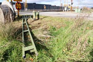 Kontaktledningarna är lagade och tågen rullar på som vanligt igen. Men fortfarande vittnar sönderkörda delar om olyckan på järnvägsövergången vid Köpmangatan/Västra Bangatan i Kumla när en  kranbil körde sönder både portal och ledningar.