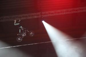 Det bjöds på flera olika tricks från de två killarna på motocross.