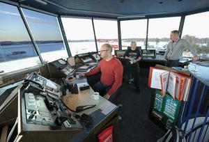 Flygledarna Tomas, Sus och flygplatschefen Per med koll på Dala Airports start- och landningsbana.