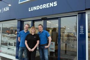 Mats Lundblad, Marlene Hägglund och Stefan Lundgren utanför Elon Lundgrens.