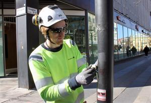 Daniel Lennkvist kopplar ur elen till gatlyktorna på Vasagatan. Belysningsstolparna ska bytas ut. Den nya ska ge mer ljus och dra mindre energi.