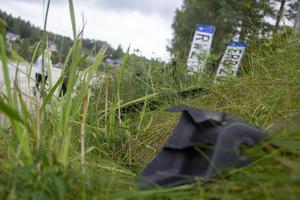 Plastdelar och skyltar från bilarna som fastnade ligger fortfarande kvar vid platsen.