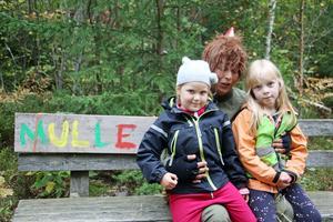 Lily Boberg och Agnes Andersson visar Skogsmulle