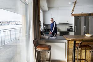 Håkan Eriksson har redan hunnit sätta sin personliga prägel på lägenheten. Han har bland annat byggt ett barbord av gammalt pallvirke.