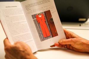 Boken är inte en självhjälpsbok enligt Marie Mian, utan snarare en bok om livet. Här visar hon upp kapitlet om den röda klänningen.