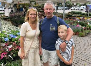 Amra och Jens Kåregren tycker att torghandeln ska vara kvar på Stora torget där det är gott om utrymme. På Bondtorget skulle den hamna i skymundan, menar de. Här är de med sonen Erik, nio år.