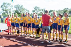 Arnäs tar emot sina guldmedaljer.
