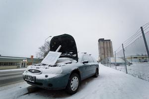 Sedan nyår har en övergiven bil stått på Ivarshyttevägen. Tidigare stod den på en parkering i närheten men flyttades under mystiska omständigheter. Ironiskt nog står den bara 200 meter från bildemonteringen som inte kan göra något förrän Hedemora kommun löser den juridiska processen.