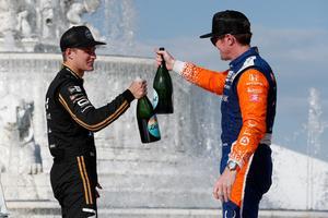 """""""Skål, teamkompis!"""" 2020 kör Marcus Ericsson och Scott Dixon tillsammans i Chip Ganassi. Arkivfoto: Joe Skibinski"""
