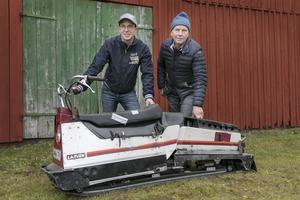 Erik och Håkan Nilsson har ett brinnande intresse för Larven. Här bakom en 8700 från 1986.