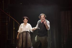 Mrs Lovett (Susanne Hellström) och Sweeney Todd (Jan Åström) planerar illdåd mitt i London. Vem går egentligen säker? Pressbild.
