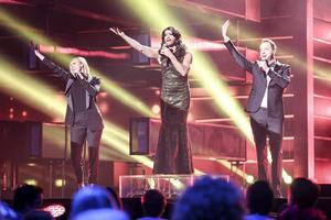 I öppningsnumret tog Sanna och Robin hjälp av Eurovisionvinnaren Conchita Wurst från Österrike.