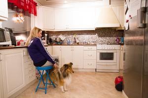 Att fördela energin har varit ett pusslande för Madeleine men hon har vant sig med tiden. Den lilla energin som finns vill hon lägga på att umgås med familjen. Hunden Twix är ett bra stöd i vardagen.