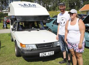Kicki och Kenneth Sellgren från Skåne med deras Saab 900 utrustad med en sällsynt påbyggnad. – Det finns bara två märken, en gammal och en ny Saab, säger Kenneth Sellgren.