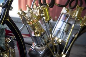 Cylindrarna är tillverkade i industriglas och slagvolymen är 880 kubik.