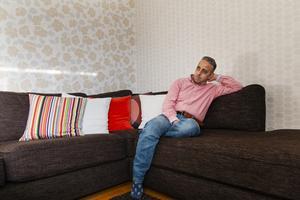 Soffkuddarna speglar vardagsrummets färger både i tapeter och gardiner hemma hos Osama Zamzam.