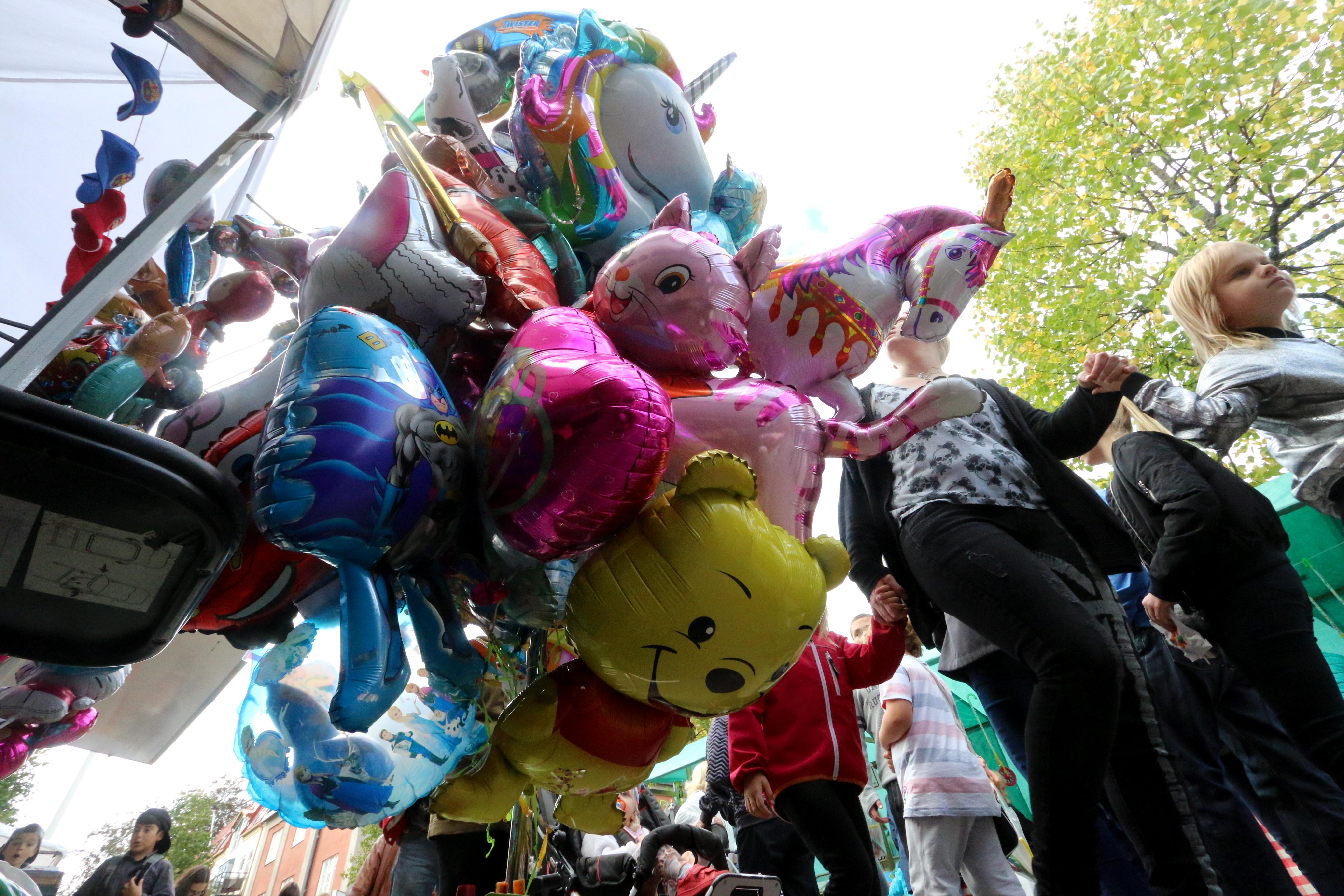 Utbudet var i vanlig ordning överdådigt på Kumlamarken. Lättviktiga och färgglada hängde ballonger i knippen. För sjuttio kronor kunde man få en Nalle Puh fylld med helium.