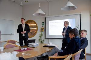 Här presenterar ordförande  Björn Wigge och Peabs regionchef, Fredrik Timan, planerna.