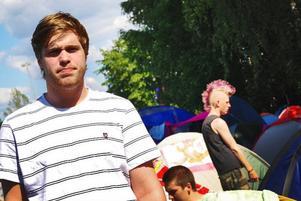 """Alexander Lund är för andra gången i Borlänge för att uppleva Sveriges största festival. Musiken, umgänget och den ständigt flödande alkoholen uppger han vara anledningen till varför han trivs så bra här. """"Det är bättre än Yran, eftersom det är större. Men man blir lite less på att bara äta bakismat i en vecka."""""""
