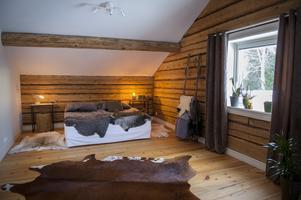 Sovrummet på övervåningen har öppen planlösning.  Det finns planer i framtiden att bygga upp väggar för att få fler sovrum.