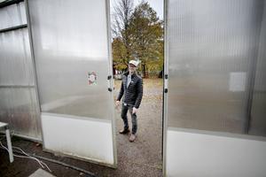 Krögaren Stefan Johansson utanför ena växthuset i Högbo.