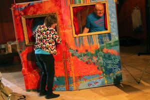 Coby Omvlee och Kalle Reinert, från norska Teater Fusentast, flyttar scenografin till Katta och andra strofer.
