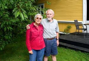 Susan Flaster och Harald Henrysson turas om att bo hos varandra, i Säter på somrarna och i amerikanska Charleston på vintrarna. Däremellan umgås de via Skype från varsitt land.