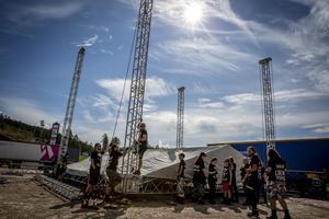 Ett femtontal Sabatonfans från Polen arbetar med att bygga scener.
