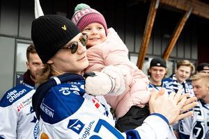 Anton Karlsson med dottern Sally dagen under firandet dagen efter det säkrade SHL-avancemanget. Foto: Daniel Eriksson/Bildbyrån