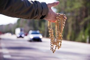 Förra sommaren var det vanligt med vägpirater längs vägarna som försökte lura till sig kontanter eller bensin med hjälp av falskt guld.Bild: Polisen.