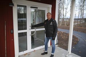 Med början i februari öppnas entrédörren för de boende som förutom egen lägenhet också får tillgång till egen uteplats, berättar Jonny Isacsson, enhetschef inom LSS (lagen om stöd och service till vissa funktionshindrade).