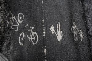 På gång- och cykelbanor ska inga andra än fotgängare och cyklister vara.