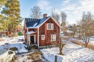 På nionde plats på Dalarnas Klicktoppen för vecka 8 hamnade denna trerumsvilla i Söderbärke/Västerby i Smedjebackens kommun. Foto: Fastighetsbyrån/Carina Heed