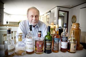 """Jussi tar fram några flaskor på köksbordet. """"Börja med en mild whisky, som inte är rökig"""
