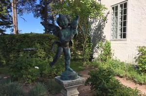 I rosenträdgården stoltserar puttoskulpturen. Originalet gjordes av den florentinske renässansmästaren Andrea del Verrocchio.