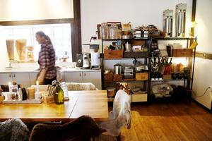 Efter senaste omgörningen av restaurangen reducerades antalet sittplatser kraftigt och delar av köksinventarierna flyttades ut i matsalen.