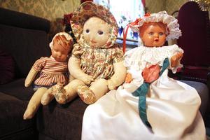 Hennes allra första dockor, den större Olga och den mindre, hennes allra första, som inte har något namn. Den till höger har en dopklänning som Gärd har sytt själv.