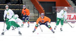 Daniel Mossberg vaggar bredbent fram en säsong till, men nu gör han det i Bollnäströja.