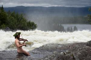 Har du tur kanske Näcken sitter i Tännforsen i Kiruna och spelar. Foto: Fredrik Sandberg/TT