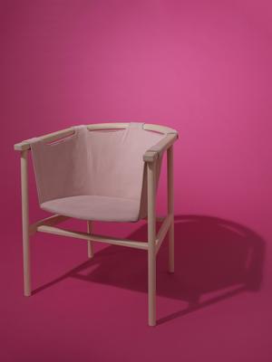 Hängstol i rosa av Christoffer Östman. Foto: Leilani Nordin