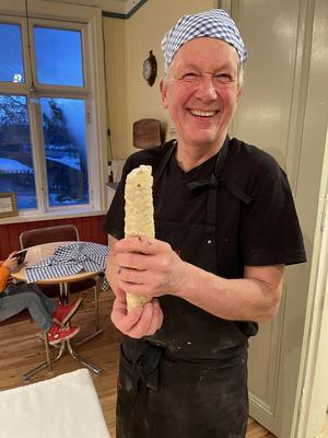 Lennart Holm från Långhed känner sig glad och stolt över att snart få njuta av falafelrullen som han varit med att tillverka.  Foto: Margareta Englund