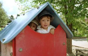 Barn behöver barnomsorg även under sommaren samtidigt som pedagogerna och annan personal behöver semester.